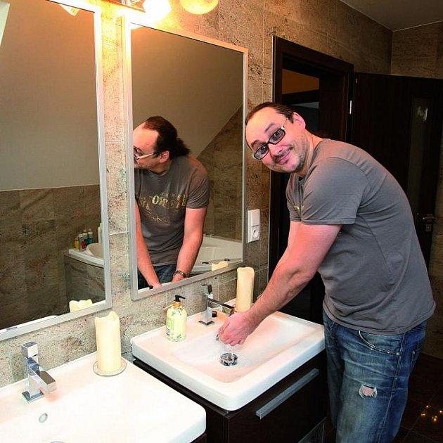 Koupelna má dvě umyvadla. Že by herec už přemýšlel o spolubydlící?