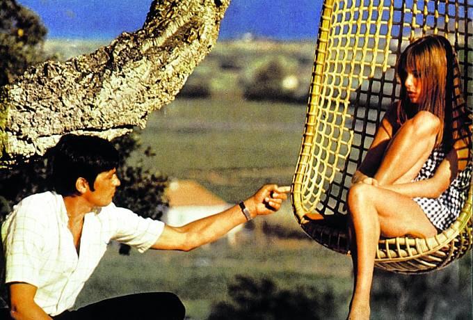 SAlainem Delonem si zahrála veskandálním filmu Bazén (1969).