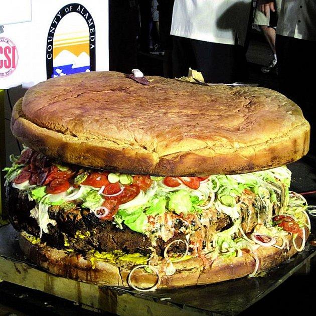 Největší hamburger váží 352kg!