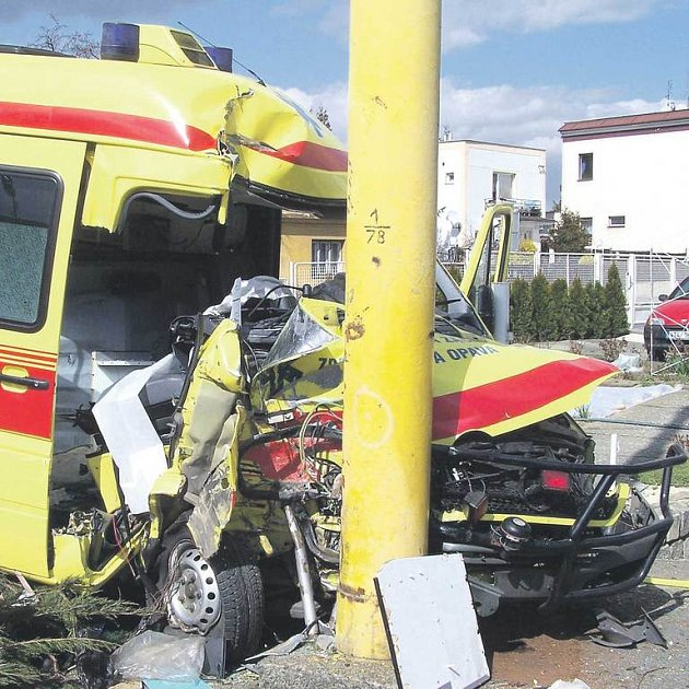 Ze zdemolované sanitky museli hasiči vystříhat spolujezdce, přičemž museli postupovat velmi pomalu a opatrně, záchranář měl totiž obrovské bolesti.