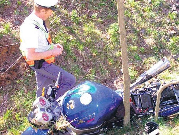 Policista obhlíží místo, kde skončila jízda motorkáře.