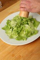 Salát nezapomeňte osolit a opepřit.