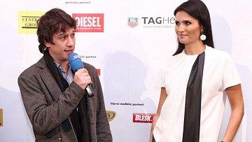 """Martin zjevně nedosahuje výškou na ředitelku Miss Maláčovou, že by vysoké podpatky? Anebo je Martin """"malé pivo""""."""