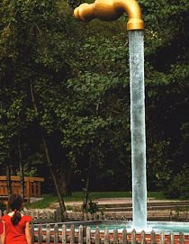 Neustále tekoucí voda z této sochy. K dokonalosti snad chybí jen to, aby tekla nahoru.