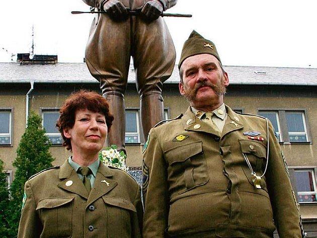 Snoubenci Iva Krejsingerová a Martin Hodek v dobových vojenských uniformách si u sochy slíbili věrnost.