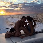 Anastasia si se slavným boháčem užije i výhled na západ Slunce z jachty.