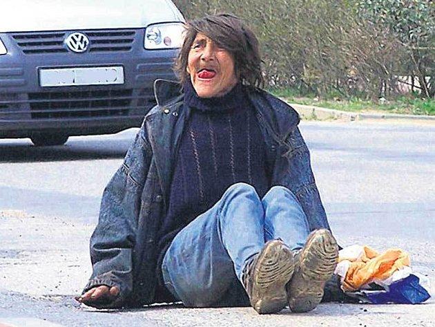 Tohle není maskéry nalíčená filmová příšera. To je skutečný člověk. Zanedbaná, nemocná a alkoholem zničená žena, jejíž osud je každému lhostejný.