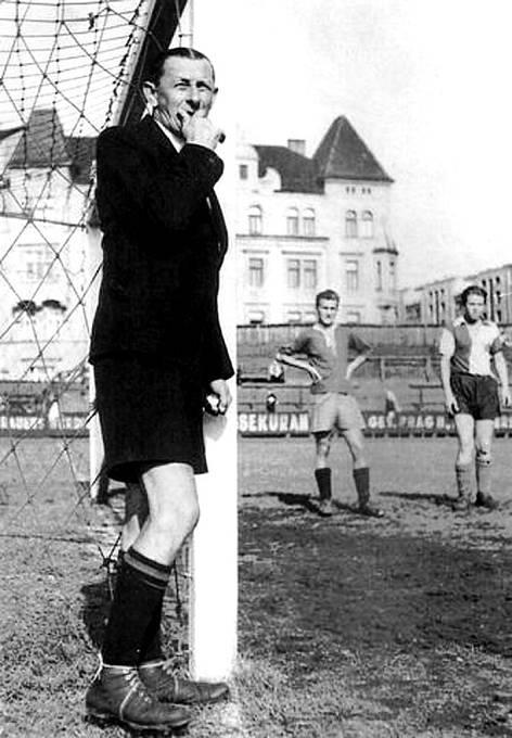 Fotbal miloval. Když nestál v bráně, alespoň dělal rozhodčího.
