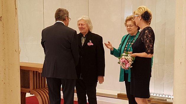 Václav Neckář gratuluje Jaromíru Šofrovi. Vedle přihlíží náhradní oddávající Jana Čunátová a novomanželka Helena Šofrová - Černíková.