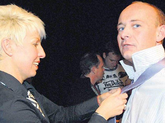 Marcela Březinová pomáhala organizátorovi Davidu Novotnému skravatou.