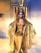Řeč je samozřejmě o roli Kleopatry ve stejnojmenném filmu a hrála ji Elizabeth Taylor.