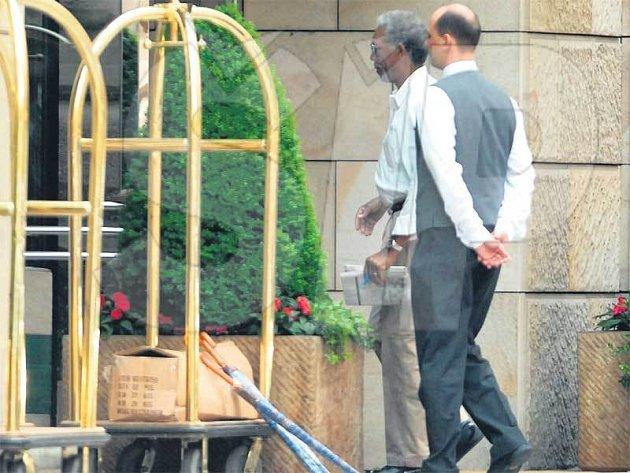 Herec Morgan Freeman před hotelem Four Seasons.