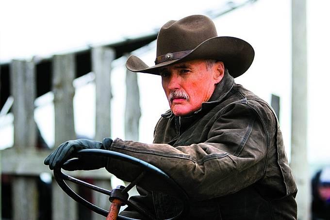 Drama Opravdový život (2008). Dennis opět nasadil kovbojský klobouk.