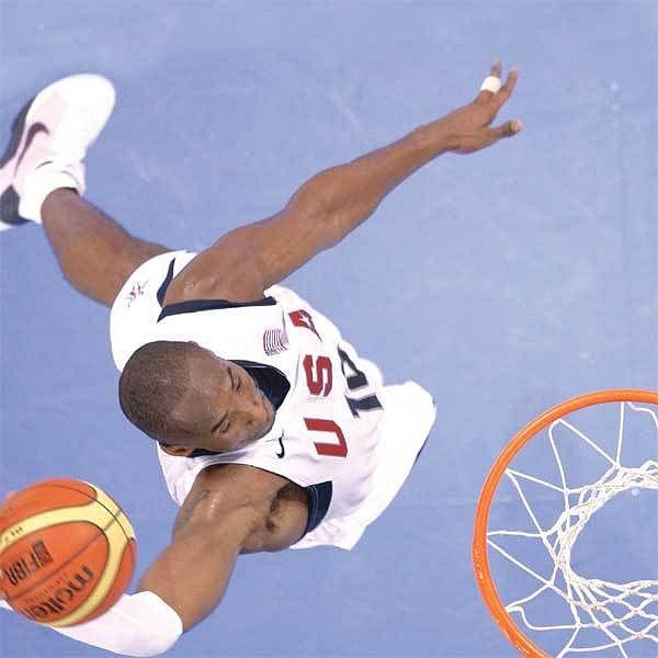 Excelentní smeč do koše v podání Kobe Bryanta.