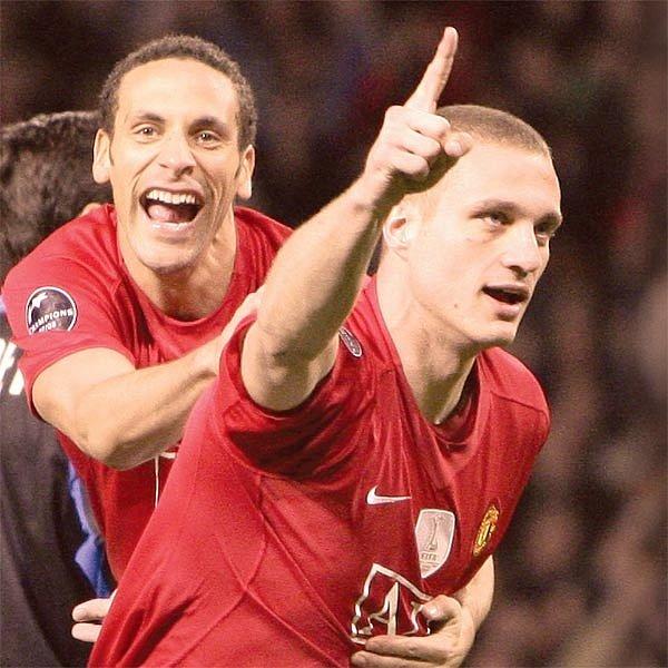 Stopeři Vidič a Ferdinand slaví. Červení ďáblové, jak se přezdívá Manchesteru United, jsou posledními vítězi Ligy mistrů i úřadujícími mistry Anglie.