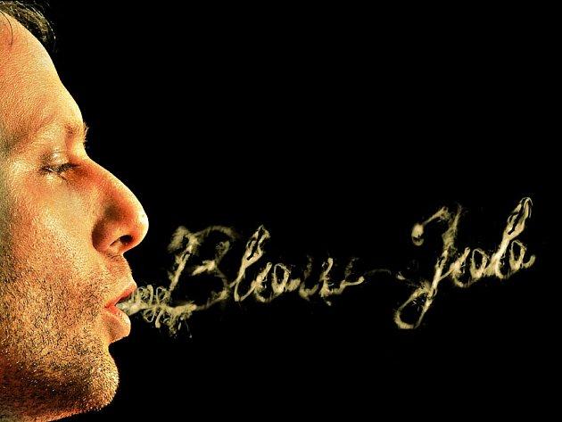 Fernando de la Rocque maluje kouřem z marihuany.
