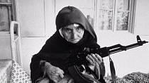 Arménská 106 let stará civilistka byla vyfocena ve chvíli, kdy byla zcela připravena bránit svůj domov. V rukou drží samopal AK-47. Svůj domov úspěšně ubránila, avšak zanedlouho zemřela ve spánku.