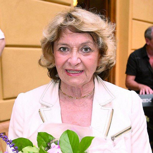 Věk Yvetty Simonové prozrazuje snad jen několik vrásek v obličeji.