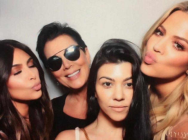 Celá rodinka pohromadě: Zleva Kim, matka Kris Jennerová, Kourtney a Khloé.