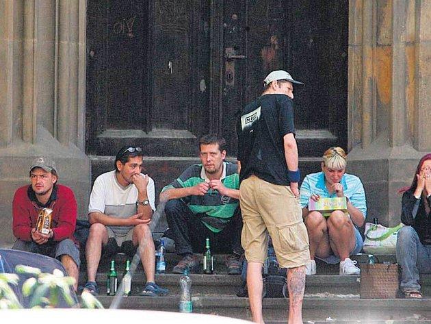 Už v pravé poledne byly schody kostela sv. Štěpána obsypány podivnými mladíky. Nechyběly tu láhve s pivem nebo krabicové víno.