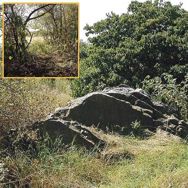 Na těchto kamenech se scházela místní mládež a právě v těchto místech se odehrála i osudná hádka mezi mladými milenci. Ve výřezu: Dívka umírala na velmi nepřístupném místě, záchranáři si tam museli cestu doslova proklestit.