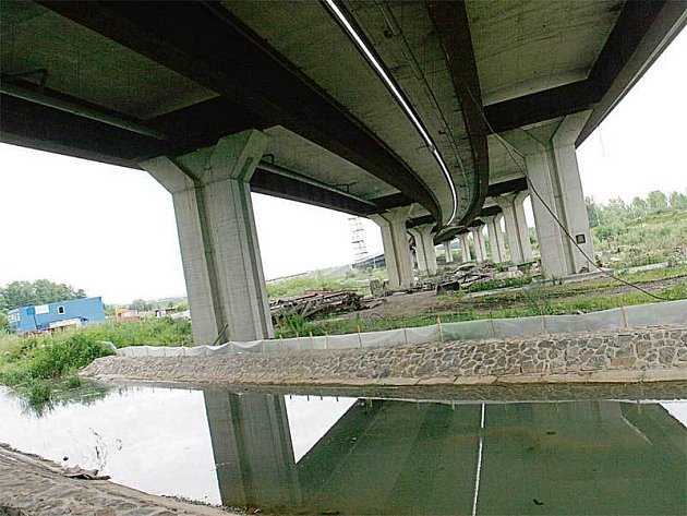 Z mostu nad Polaneckou ulicí se dělník zřítil. Kdyby dodržel bezpečnostní předpisy, nemusel zemřít.