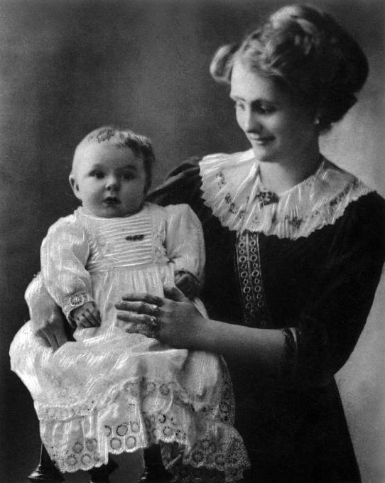 Jean s matkou a v dívčích šatech