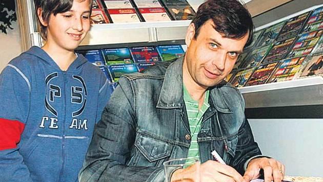 Autogramiádu na knižním veletrhu uspořádal herec Petr Rychlý.