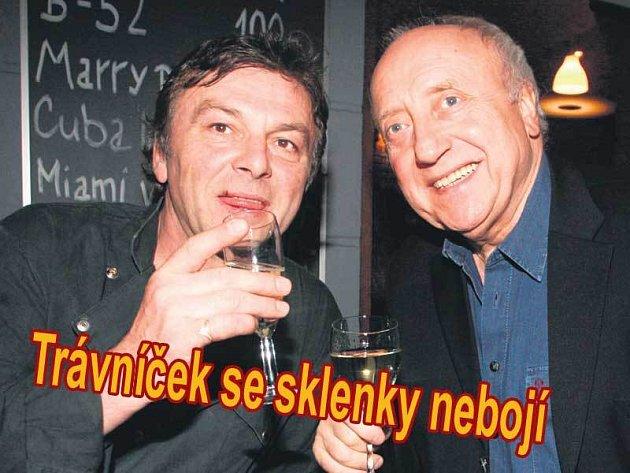 Pavel Trávníček a Felix Slováček si museli přiťuknout sklenicí vína. Felix dorazil až po křtu nové restaurace, a tak to museli dohnat.