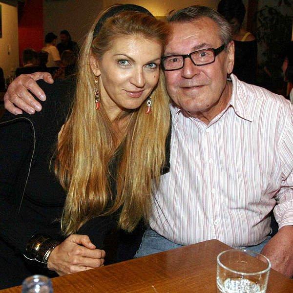 Premiéru svého nového filmu uvede Miloš Forman (na fotce smanželkou Martinou).