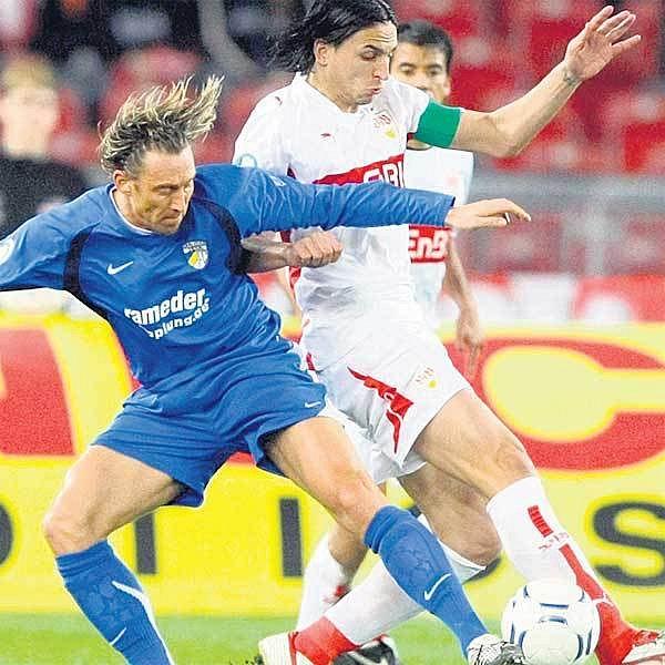 Šimák (vlevo) si zahrál pohárové čtvrtfinále proti Stuttgartu, od příští sezony bude ale zřejmě jeho dres oblékat.