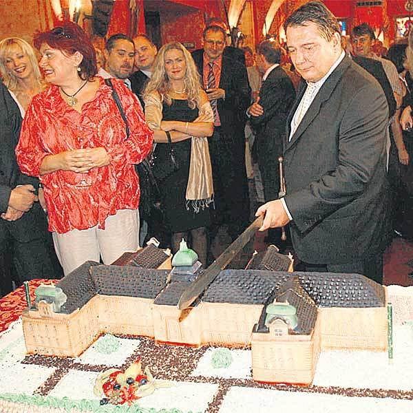 Jiří Paroubek porcuje narozeninový dort.