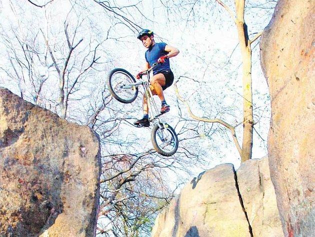 Tomáš Zedek si čas od času zatrénuje i na skalách v Krušných horách.