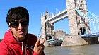 Mladík Shah Faisal Shinawari před slavným Tower Bridge.