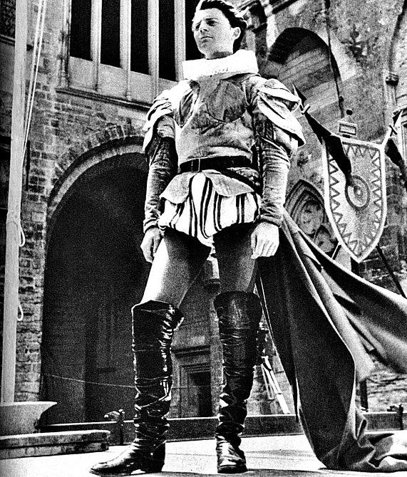 Miloval roli Cida. Vjeho kostýmu se nechal ipohřbít.