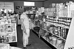 Tady si například fešák James Dean v roce 1955 vybírá, do čeho se večer zakousne.