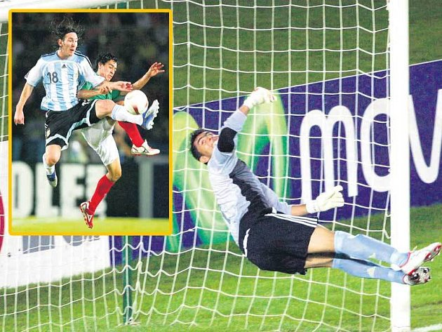Argentinský ďáblík Messi (ve výřezu) zase udivil svou míčovou technikou. Co měl potom Sánchez v bráně Mexika dělat...