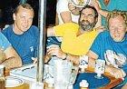 Snímek pořízený najachtě krátce před havárií. Při ní zahynuli (zleva) Rhett Bosler, Noel Wildash iPhilip Pembroke.