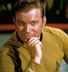 """Kapitán Kirk je kapitán hvězdné lodi USS Enterprise vede svoji posádku """"tam, kam se dosud žádný člověk nevydal"""". Je poctivý, statečný, spravedlivý, nenávidí bezpráví a vždy jedná podle nejlepšího vědomí a svědomí."""