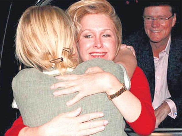 Paris Hilton se objímá s mámou.