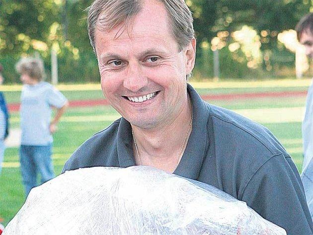 Kouč Hanáků se umí i usmát, třeba když od pořadatelů na turnaji v Nové Včelnici dostal krocana za výkon v exhibičním zápase.