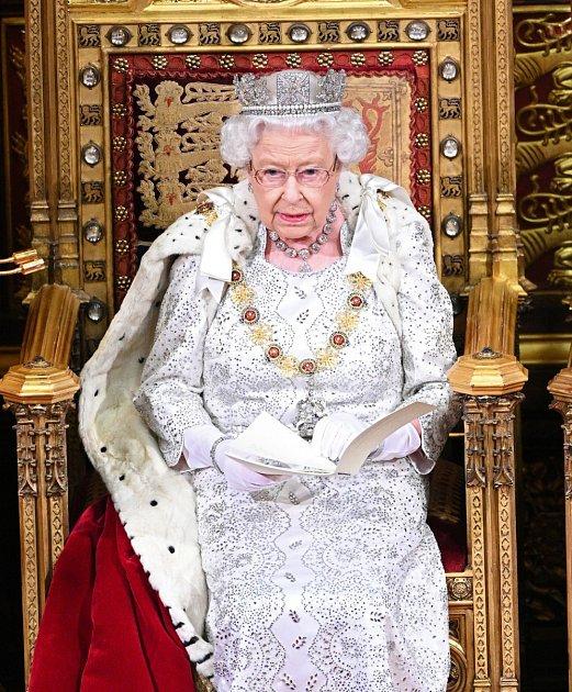 Nedávno jsme vás informovali, že se královna Alžběta svelkou pravděpodobností do tří let odebere do důchodu. To znamená, že se vzdá královské koruny a trůnu a poslední minuty svého dlouhého života prožije vpoklidu uhraní karetních her.