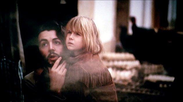 Heather McCartney sadoptivním otcem, kvůli kterému většinu života trpěla depresemi.