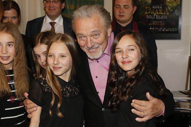 Prioritou číslo jedna jsou pro Ivanu aktuálně hlavně dcery Charlotte a Nelly, jenže, ani snimi to nemá jednoduché!Nejmladší dcery Karla Gotta jsou vnejvíce zranitelném věku, starší Charlotte je třináct, její sestře Nelly jedenáct.