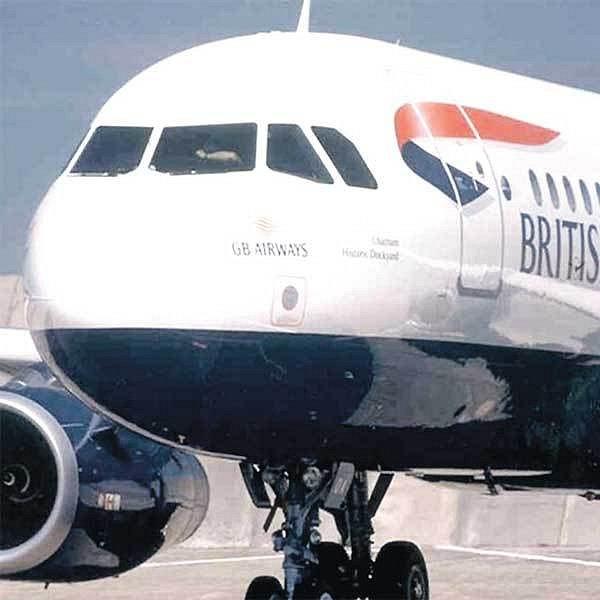 Letoun s mrtvým pilotem v kokpitu po přistání v Istanbulu.