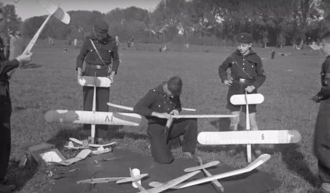Soutěž v pouštění ručně vyrobených letadlech.