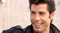 Hlavním hrdinou je Danny Zuko. Podle Sandy citlivý mladík, v očích svých spolužáků nepřekonatelný frajer! O roli se mimo Johna ucházeli také Patrick Swayze a Richard Gere. Jediný Travolta ale uměl zpívat.