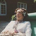 Babička si v Coloradu dala poprvé legálně trávu a právě poslouchá dubstepový remix Franka Zappy.