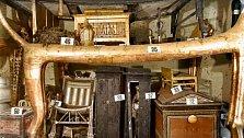 Postel ve tvaru lva a truhly z ebenového dřeva a slonoviny.