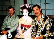 Freddie miloval japonskou kulturu. Nasnímku spřítelem Jimem Huttonem.
